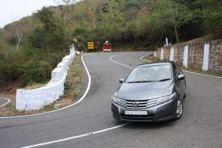 masinagudi-ooty-hairpin-bend-car